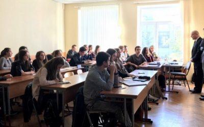 Школьники и студенты на совместных заседаниях по региональным и международным исследованиям